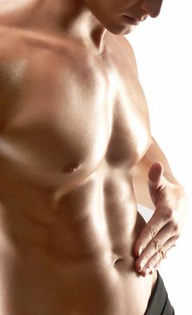 Rasierte Brust und Bauch eines trainierten Mannes