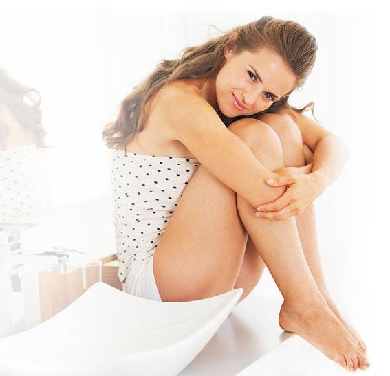 Lächelnde Frau sitzt im Bad